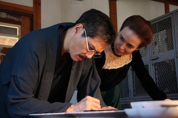 高峰譲吉(加藤雅也)と妻キャロライン(ナオミ・グレース)